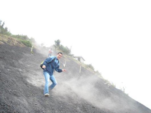 Personas pueden correr en la arena volcánica