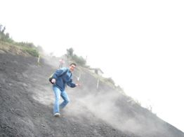 Personas pueden correr en la arena volcánica - Guía Turística - Volcán de Pacaya