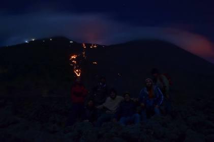 Ríos de lava descienden por las laderas del cono activo