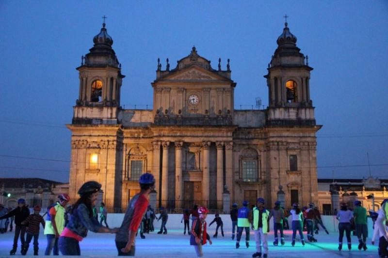 foto3 - Guatemaltecos celebran fiestas de fin de año en el Centro Histórico