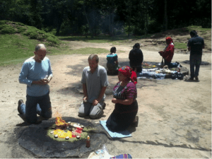 Ceremonias Mayas en Iximché 10 mundochapin 300x225 - Guía Turística - Ceremonias Mayas en Iximché