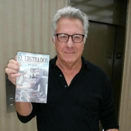 EL Lustrador Dustin Hoffman con el libro - El libro El Lustrador llegó a los Best Sellers de Amazon