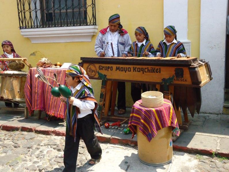Grupo Maya Kaqchiquel en la del Arco en Antigua Guatemala marimba foto por Omar Rosales - Resumen de la información de Guatemala