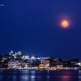 La super Luna y la isla de Flores - foto por Carlos Echeverria