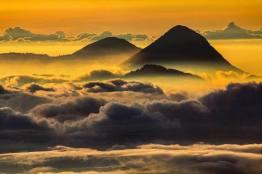Volcán Santa Maria visto desde el volcán Tajumulco foto por Edgardo Cumez de Pasion Fotografica - Fotos de Guatemala por José Edgardo Cumez