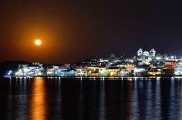 La luna llena empezando a elevarse sobre la isla de Flores, Petén - foto por Rony Rodriguez
