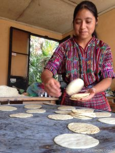comida Tortillas saliendo del comal foto por Rudy Giron 225x300 - 9 cosas por las que Guatemala es conocida