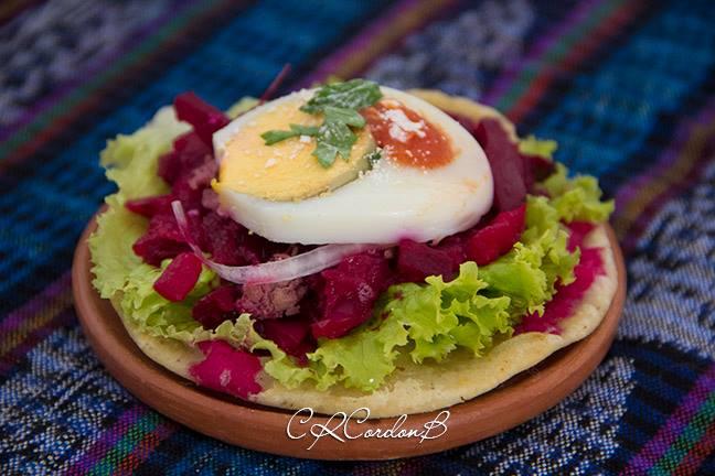 comida Enchilada foto por Carlos Cordon - 19 platos que debes probar en Guatemala