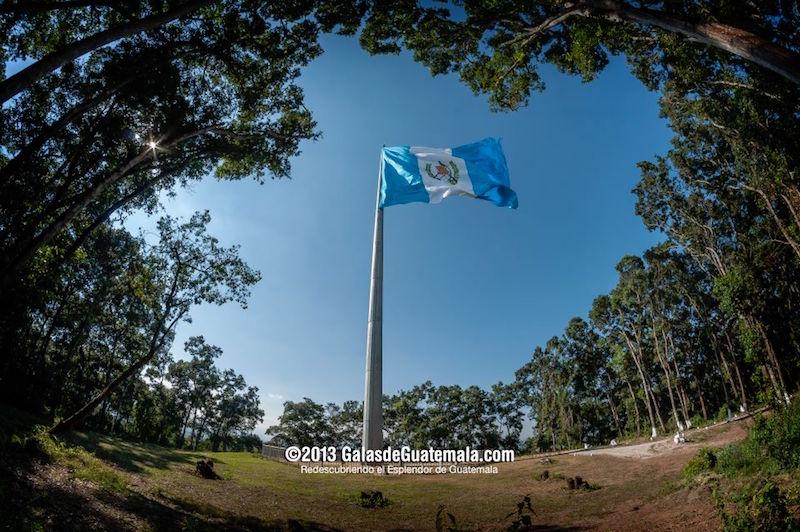 monumento a la bandera interior brigada militar mariscal zavala foto por galas de guatemala - Los feriados y asuetos en Guatemala