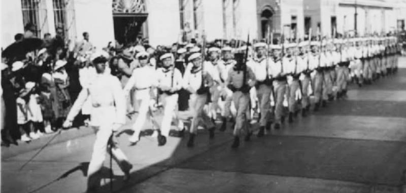 Marineros del crucero Emden marchando en la ciudad de Guatemla