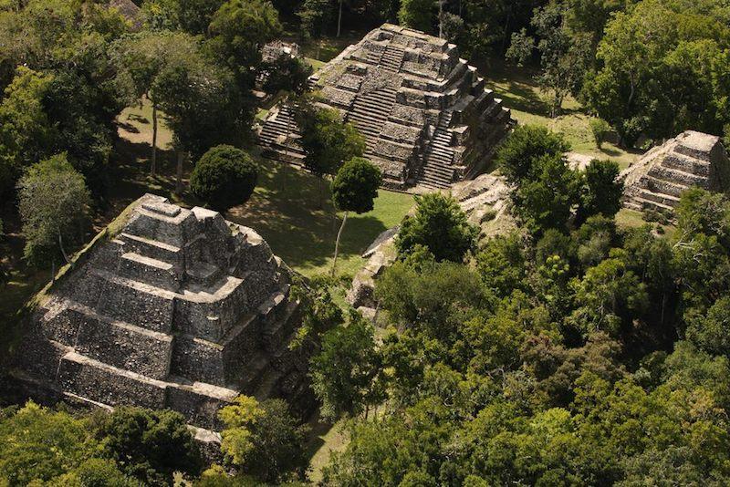 yaxha monumental acropolis norte foto por renato rodas avila - 8 sitios arqueológicos mayas para visitar en Guatemala