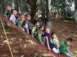 kidsonslide - Escuela fue construida con material reciclado
