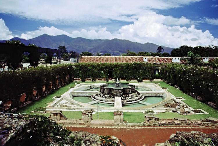 fuente area arqueologica2 - Hotel Casa Santo Domingo entre los mejores de Centroamérica