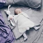 Manta para bebé de lana con conejito blanco