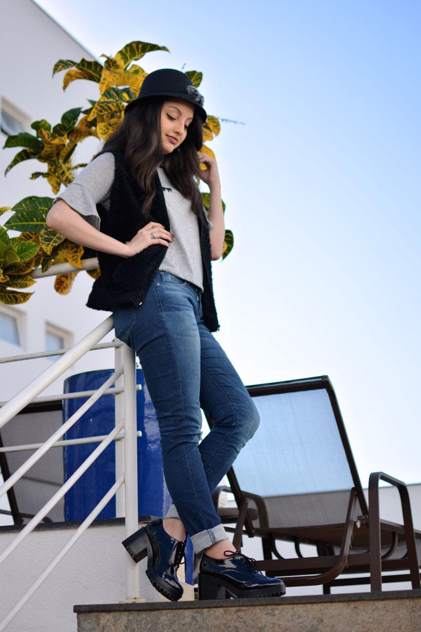 Colete de Pelo e Jeans