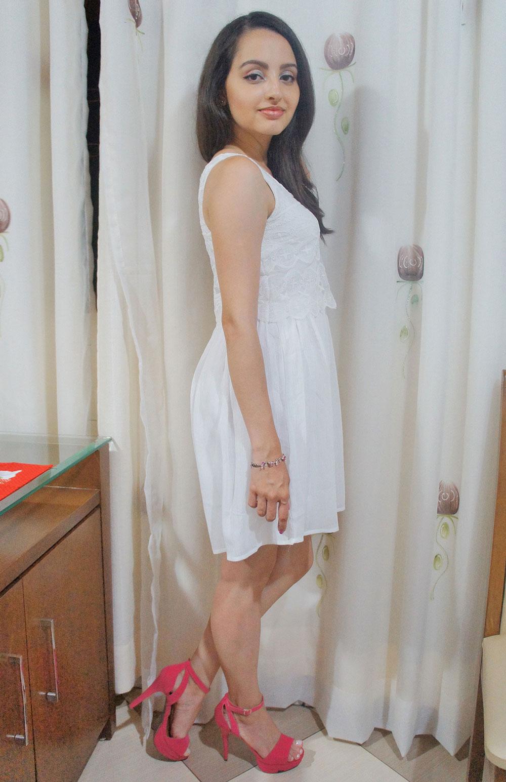 Look Vestido Branco e Salto Pink