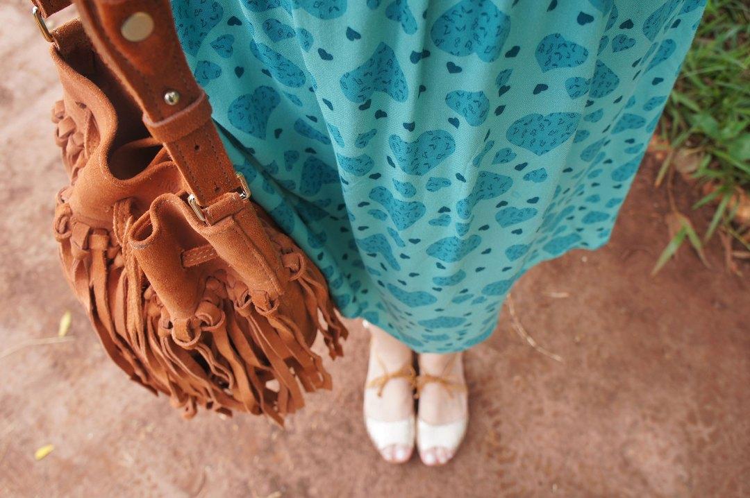 Look Vestido Verde e Bolsa Caramelo