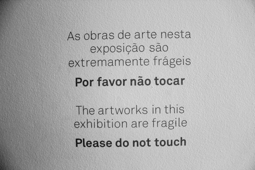 as obras de arte nesta exposição são extramente frágeis.