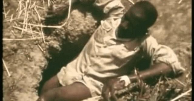 A tribo que captura pítons com iscas humanas