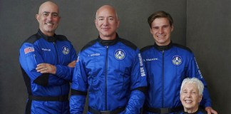 Jeff Bezos voa pela primeira vez ao espaço