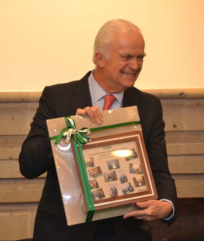 El Dr. Pedro Aspe recibió un recuerdo con los ganadores de las distintas ediciones del premio