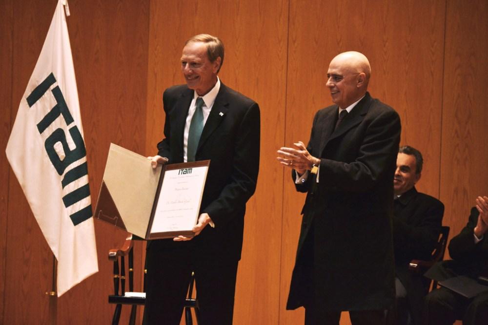 Dr. Carlos Bosch y el rector Arturo Fernández en la ceremonia de nombramiento de profesores eméritos. FOTO: ITAM