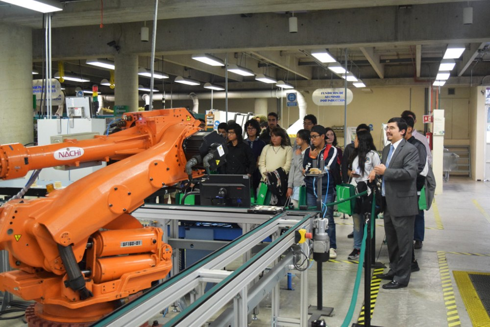 El Dr. Andre Possani durante un recorrido porlos laboratorios de Ingeniería. Foto: ITAM