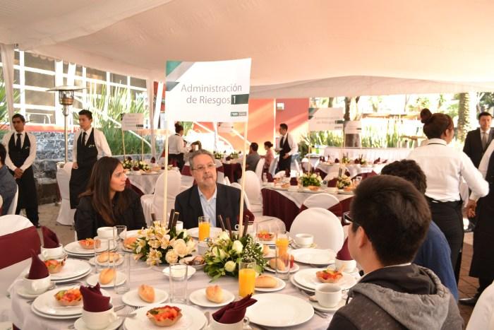 Dr. Víctor Guerrero en el desayuno de posgrados