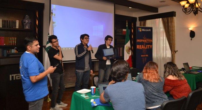Participantes del Chatbot Hackathon presentando a su bot.
