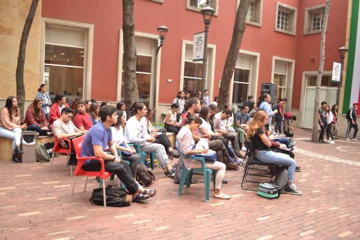 Asistentes a la conferencia escuchan atentos los testimonios de Cristina y Lucina