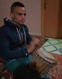 Mehdi tocando la Darbouka