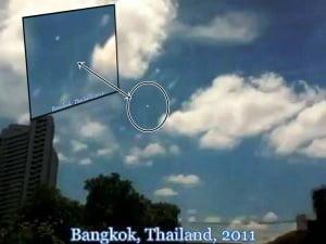 Orbes blancos en el cielo en Bangkok, Tailandia – 11 de julio 2011