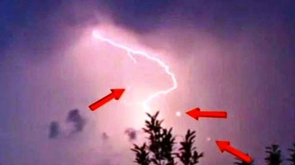 Orbes aparecen cerca de los rayos de una tormenta – 15 de junio 2014
