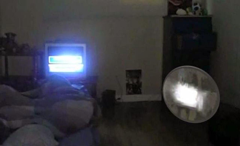 Orbe de luz pasa a través de la habitación de un niño