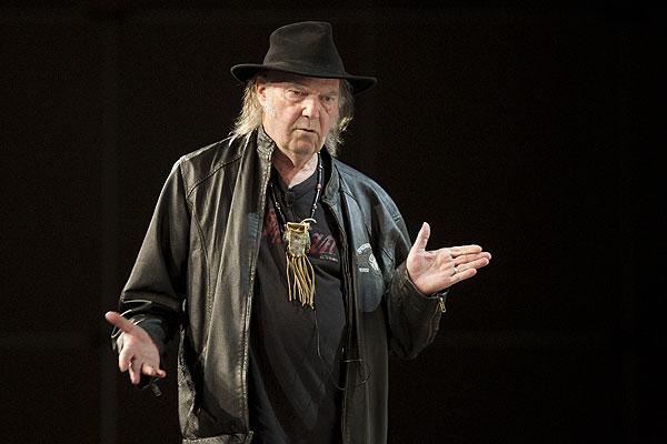 El llamado de Neil Young a boicotear a Starbucks por su alianza con Monsanto