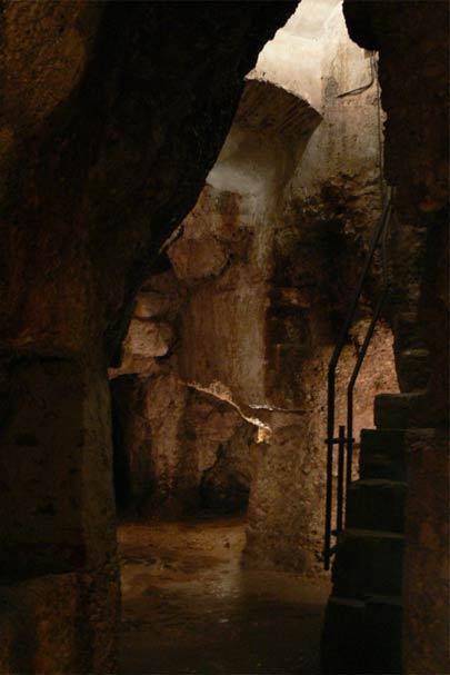 Escaleras de la entrada en la sala principal de la Cividale Hipogeo