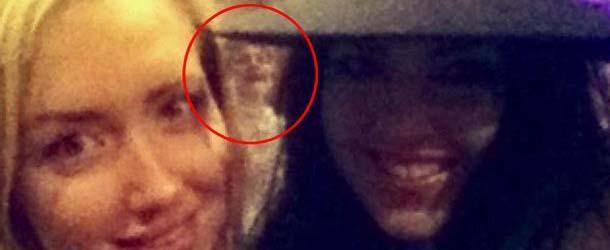 figura fantasmal selfie - Aparece una figura fantasmal en el selfie de dos chicas británicas