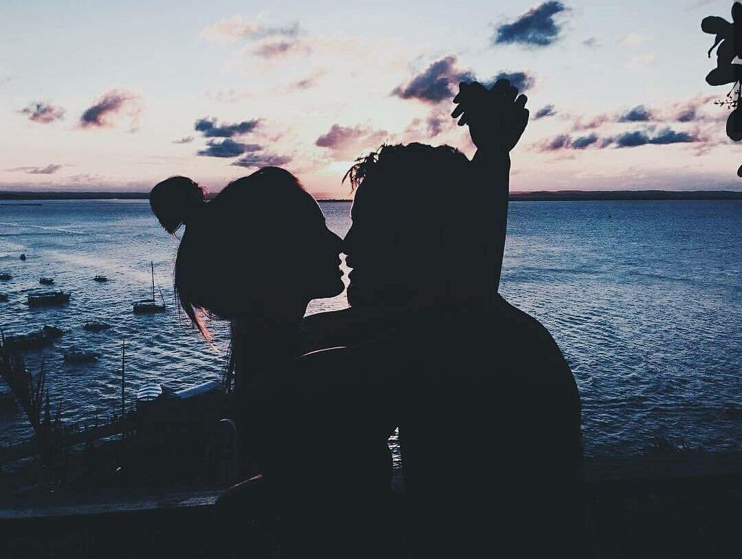 casal apaixonado na praia silhueta