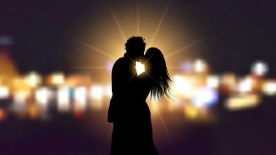 casal se beijando apaixonadamente a noite na cidade