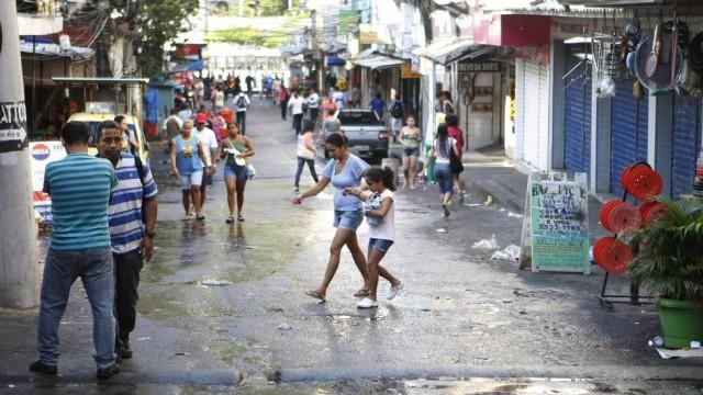 Moradores da Rocinha se unem contra a teleférico