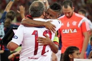 """Após visita ao CT, torcida do Flamengo critica Léo Moura: """"Não é ídolo"""""""