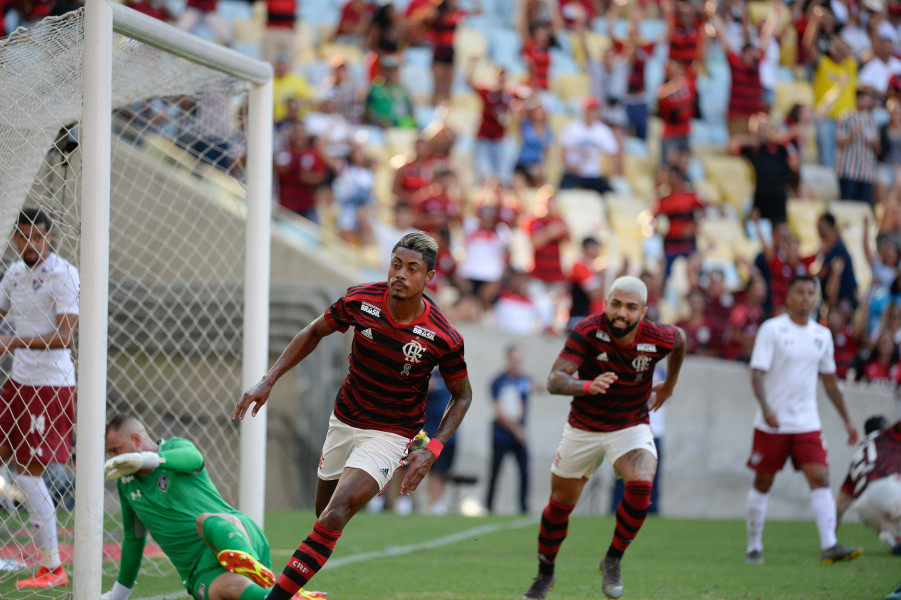 Em jogo eletrizante, Fla vence o Flu por 3 a 2 e se classifica para a semi da Taça Rio