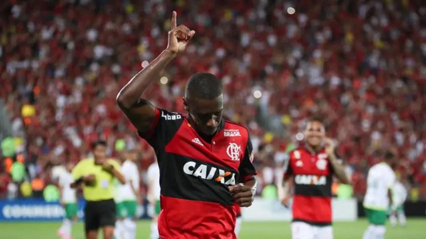 Ainda lesionado, Flamengo adia despedida de Juan para o Brasileiro