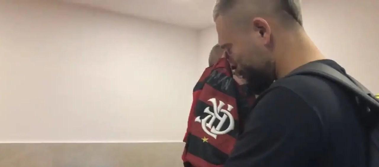 A caminho do Milan, Léo Duarte tem despedida emocionada do Flamengo; veja o vídeo