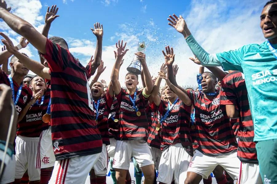 Flamengo renova contrato de zagueiro campeão do Mundo com o Brasil