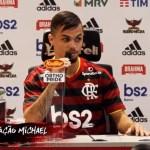 """Michael é apresentado pelo Flamengo: """"Hoje estou no maior do mundo"""""""