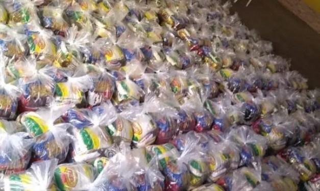 Vinicius Junior doa cestas básicas e produtos de limpeza para moradores de São Gonçalo