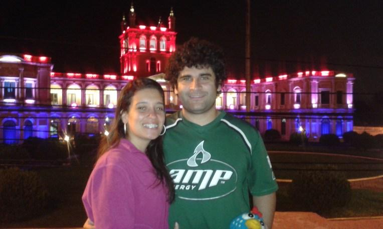Palácio do Governo de Assunção iluminado à noite.