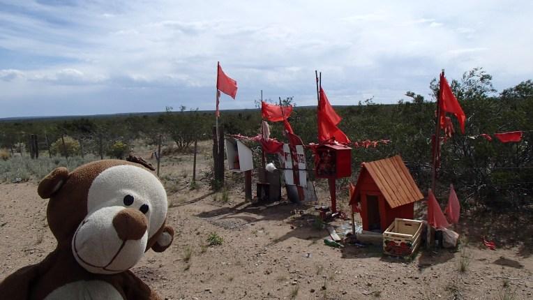 Mucuvinha em um santuário do Gauchito Gil à beira da estrada
