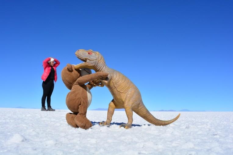 Mucuvinha lutando com um dinossauro no Salar do Uyuni
